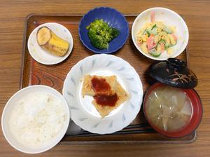 今日のお昼ごはんは、ハンバーグマカロニサラダ、浅漬け、みそ汁、果物でした。