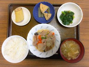 今日のお昼ごはんは、豚肉と根菜の炒め煮、もずく和え、含め煮、みそ汁、果物でした。