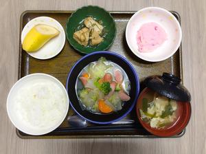 今日のお昼ごはんは、ウィンナーと野菜のスープ煮、しば漬けポテト、含め煮、みそ汁、果物でした。