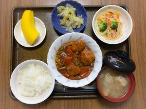 今日のお昼ごはんは、肉だんご煮、スパゲティサラダ、浅漬け、みそ汁、果物でした。