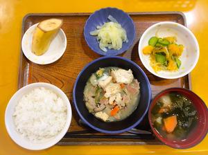 今日のお昼ごはんは、好き焼き風煮、和え物、浅漬け、みそ汁、果物でした。