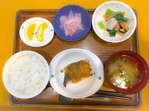 今日のお昼ごはんは、鰆のみそ焼き、つぶし里芋和え、紅生姜大根、みそ汁、果物でした。