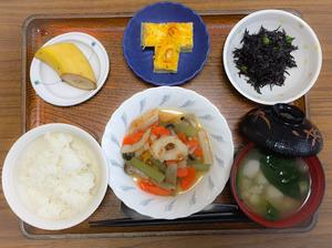 今日のお昼ごはんは、炊き合わせ、ねぎ卵焼き、ひじきの酢みそ和え、みそ汁、果物でした。