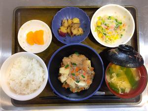 今日のお昼ごはんは、家常豆腐、春雨サラダ、大学芋煮、みそ汁、果物でした。