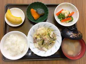 今日のお昼ごはんは、豚肉ともやしのチャンプルー、和え物、煮物、みそ汁、果物でした。