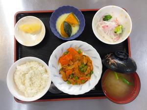 今日のお昼ごはんは、ポークチャップ、大根サラダ、かぼちゃミルク煮、みそ汁、果物でした。。