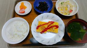 今日のお昼ご飯は肉ポテトのピカタ、サラダ、ひじきの粒マスタード炒め、味噌汁、くだものした