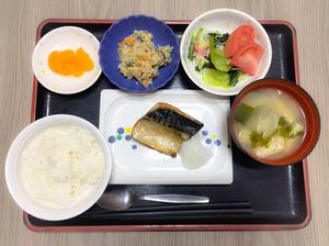 今日のお昼ごはんは、焼き魚、炒りおから、甘酢和え、みそ汁、果物でした。