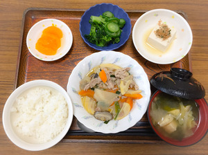 今日のお昼ごはんは、豚肉と根菜の炒め煮、わさび和え、煮奴、みそ汁、果物でした。