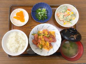 きょうのお昼ごはんは、ソーセージとアスパラガスの卵炒め、ポテトサラダ、浅漬け、味噌汁、くだものでした。