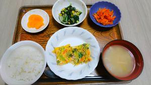 今日のお昼ご飯は千草焼き、焼きのり和え、人参きんぴら、味噌汁、くだものでした。