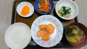 今日のお昼ご飯は鮭のコロコロ揚げおろし和えきんぴら 味噌汁 くだものです