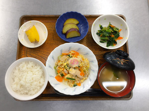 今日のお昼ごはんは、親子煮、梅のおかか和え、さつまいも煮、みそ汁、果物でした。