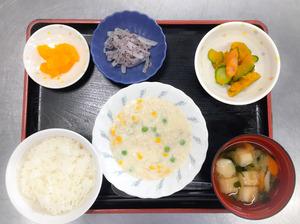 今日のお昼ごはんは、挽肉のクリーム煮、サラダ、ゆかり大根、みそ汁、果物でした。