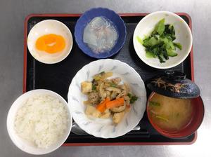 今日のお昼ごはんは、豚肉と厚揚げのみそ炒め、わさび和え、くずあん、みそ汁、果物でした。
