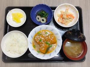 今日のお昼ごはんは、かぼちゃのそぼろあん、人参の白和え、含め煮、みそ汁、果物でした。