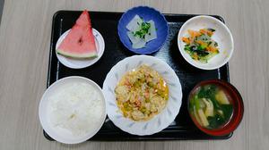 今日の お昼ご飯は、かに玉、春雨サラダ、浅漬け、味噌汁、くだものでした。