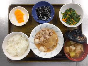 今日のお昼ごはんは、豚肉と大根の煮物、和え物、ひじきの酢みそ和え、みそ汁、果物でした。