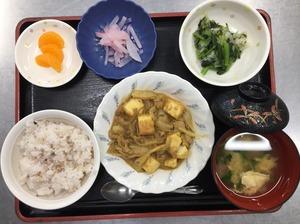 今日のお昼ごはんは、十穀米、厚揚げの和風カレー煮、焼きのり和え、紅生姜大根、お吸い物、果物でした。