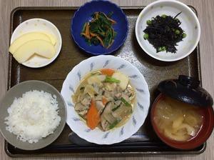 今日のお昼ごはんは、芋炊き、お浸し、ひじきの酢みそ和え、みそ汁、果物でした。