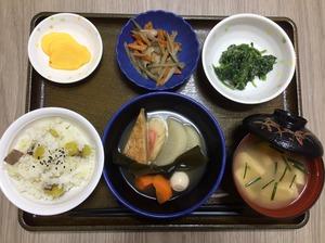 今日のお昼ごはんは、おでん、和え物、きんぴら、みそ汁、果物でした。