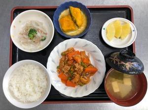 今日のお昼ごはんは、ポークケチャップ、大根サラダ、かぼちゃミルク煮、みそ汁、果物でした。