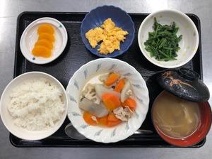 今日のお昼ごはんは、和風ポトフ、ほうれん草のごま和え、炒り卵、みそ汁、果物でした。