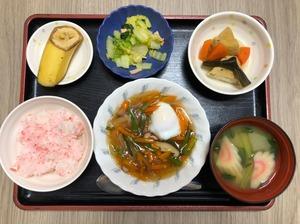 今日のお昼ごはんは、落とし卵の野菜あんかけ、煮物、ハムと白菜のカレー和え、みそ汁、果物でした。