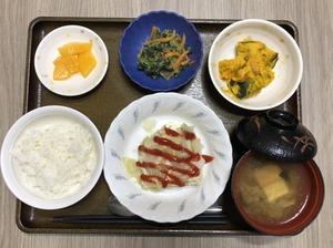 今日のお昼ごはんは、挽肉とキャベツの重ね蒸し、かぼちゃサラダ、ナムル、みそ汁、果物でした。