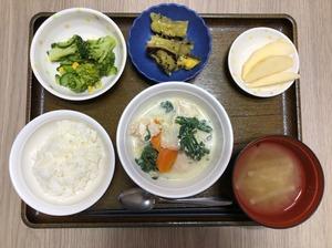 今日のお昼ごはんは、豆乳鍋、わさび和え、大学芋煮、みそ汁、果物でした。