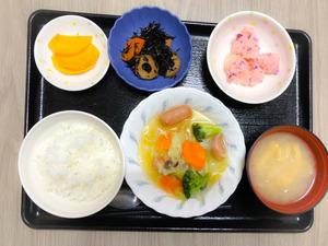 きょうのお昼ごはんは、ウインナーと野菜スープ、しば漬けポテト、含め煮、味噌汁、くだものでした。