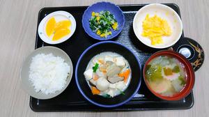 今日のお昼ご飯はけんちん煮、青菜和え、炒り卵、味噌汁、くだものです