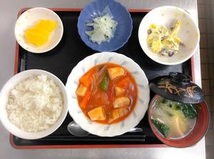 お昼です。今日のお昼ごはんは、メカジキのトマト煮、甘酸っぱおさつサラダ、浅漬け、みそ汁、果物でした。
