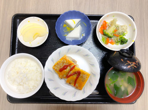 今日のお昼ごはんは、挽肉とジャガイモのピカタ、サラダ、はんぺんのくずあん、みそ汁、果物でした。