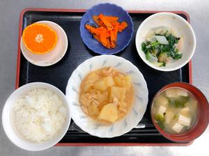 今日のお昼ごはんは、鶏肉とじゃがいものみそ煮込み、塩昆布和え、煮浸し、みそ汁、果物でした。
