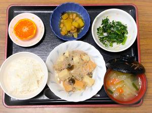 今日のお昼ごはんは、厚揚げと春雨の旨煮、春菊のナムル、コロコロ煮、みそ汁、果物でした。