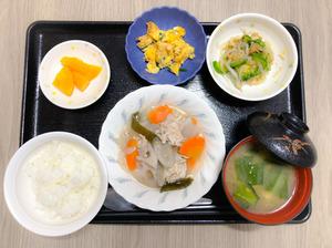 今日のお昼ごはんは、和風ポトフ、なめたけ和え、ニラたま、みそ汁、果物でした。