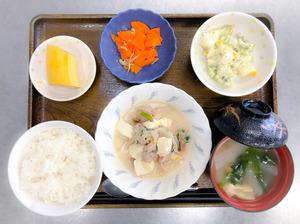 今日のお昼ごはんは、豚肉ともやしのチャンプルー、和え物、じゃこ人参、みそ汁、果物でした。