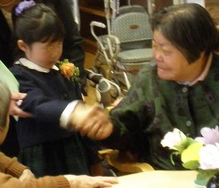 毎年恒例の保育園卒園式終了後の園児たちがデイサービスへ。毎日の様に一つ屋根の下で暮らしていたおじいちゃん、おばあちゃんとのお別れの握手です。